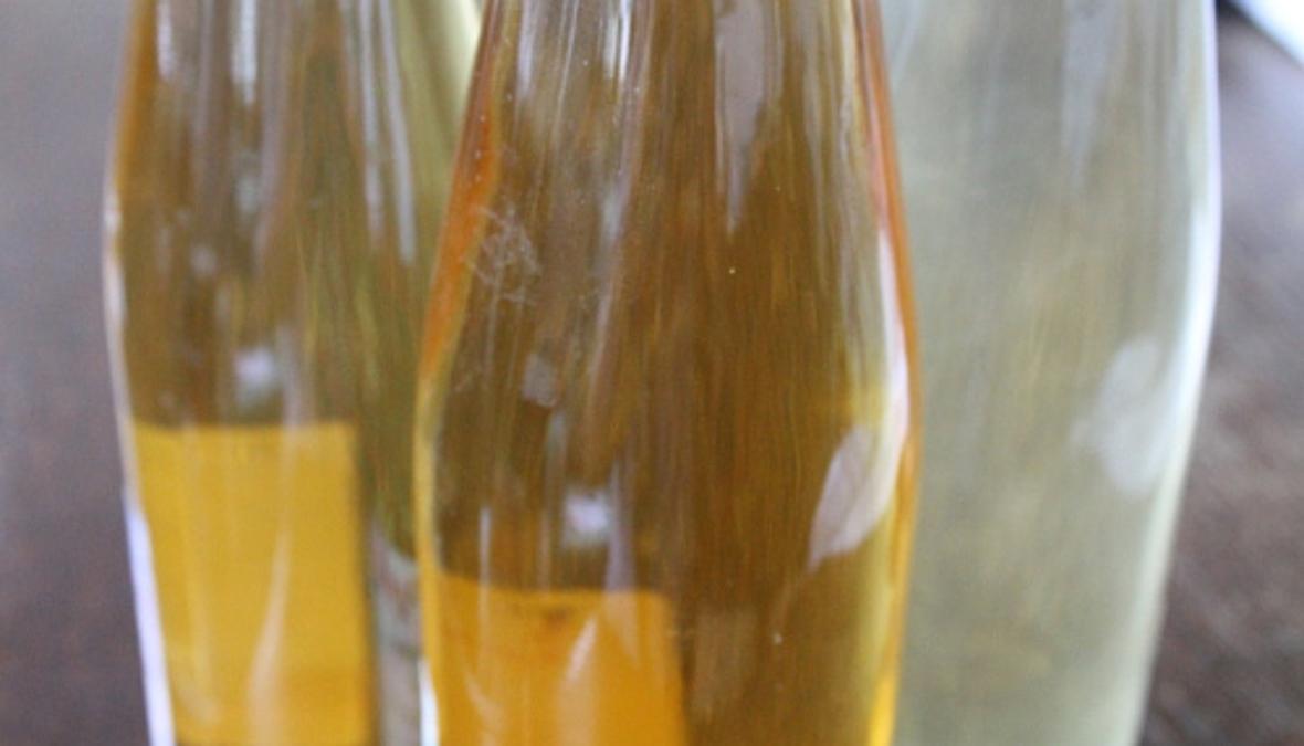 Teile von gefüllten Saftflaschen