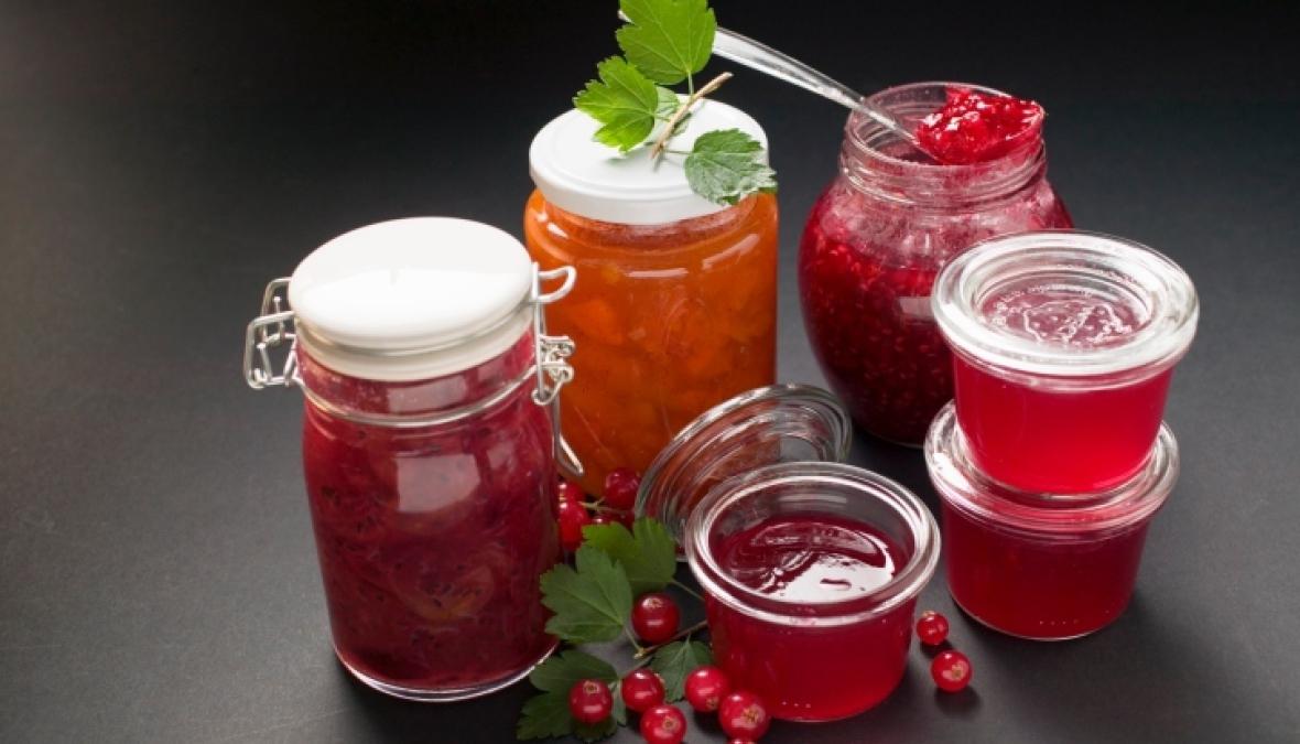verschiedene Fruchtaufstriche in verschiedenen Gläsern