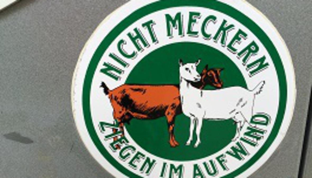 eine weiße und eine braune Ziege, mit der Aufschrift nicht meckern.