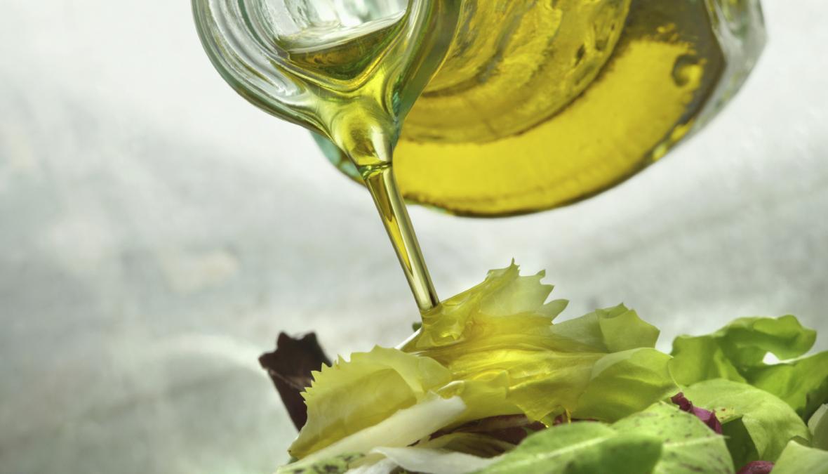 Öl wird aus einem Glaskrug gegossen