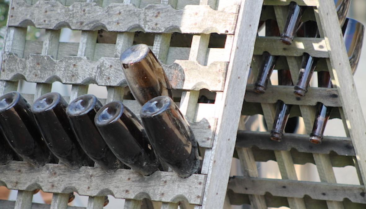 ein Rüttelpult gefüllt mit Sektflaschen